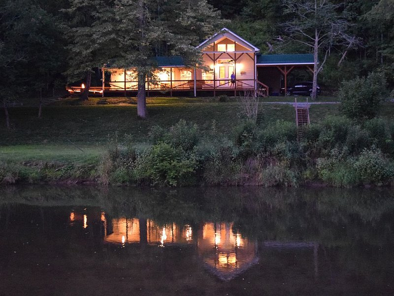 The Cabin- Riverside Cabin Perfect For Your Family Getaway, Ferienwohnung in Warrensville