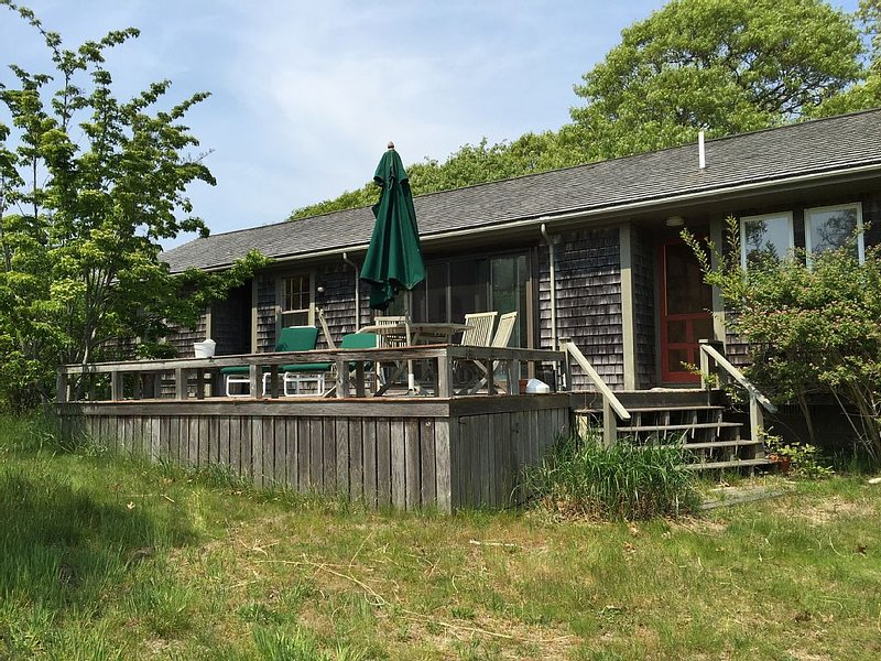 Airey Two Bedroom Menemsha cottage, alquiler de vacaciones en Aquinnah