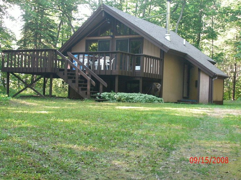 Cabin at Lake Harold in Lakes Of The North Association, vacation rental in Antrim County