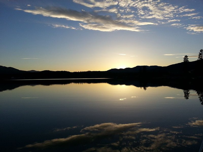 Priest Lake Waterfront Cabin with Incredible Views, alquiler de vacaciones en Luby Bay