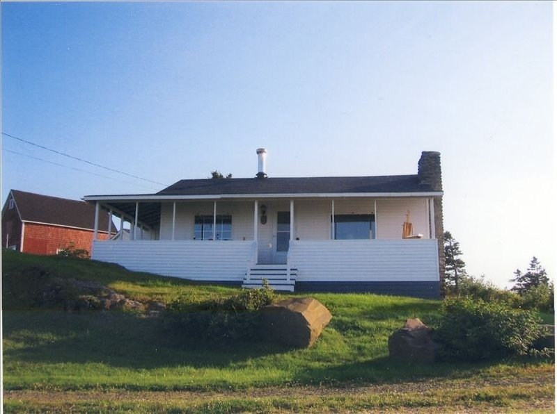 Cozy Seaside Cottage- BEST LOCATION ON THE BAY OF FUNDY SHORE!, holiday rental in Annapolis Royal
