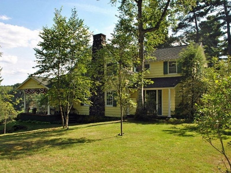 Family-Friendly Country Cottage With Pond/Mountain Views, aluguéis de temporada em Saranac Lake
