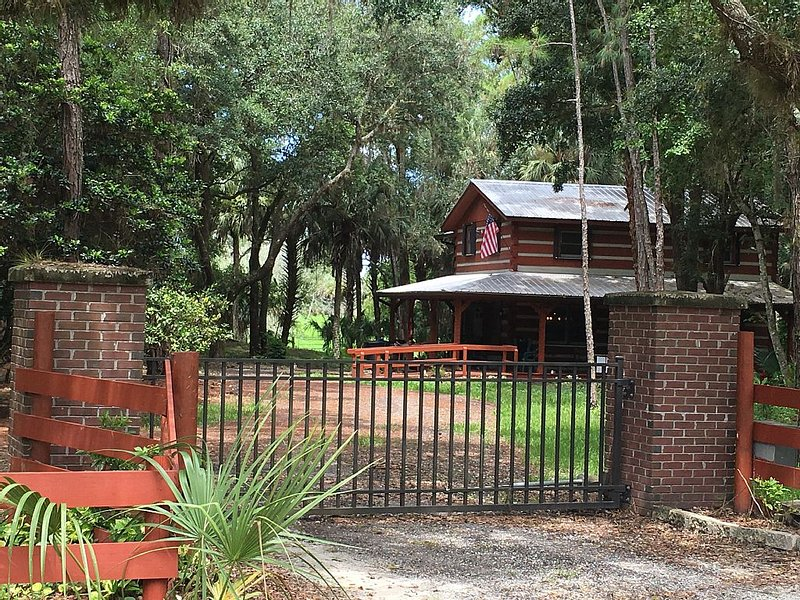 Sebring Florida Best Kept Secret 'Cracker Hammock Log Cabin', casa vacanza a Sebring