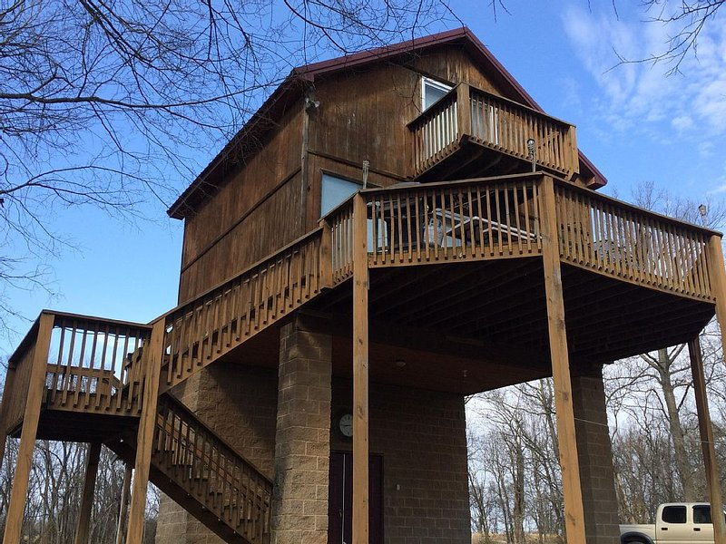 Beautiful 2 bedroom cabin 40 feet from scenic current river.  Boat ramp access., Ferienwohnung in Doniphan