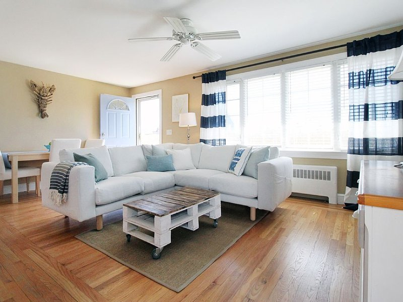 The Beach House - Charming Cottage Close To It All!, holiday rental in Middletown
