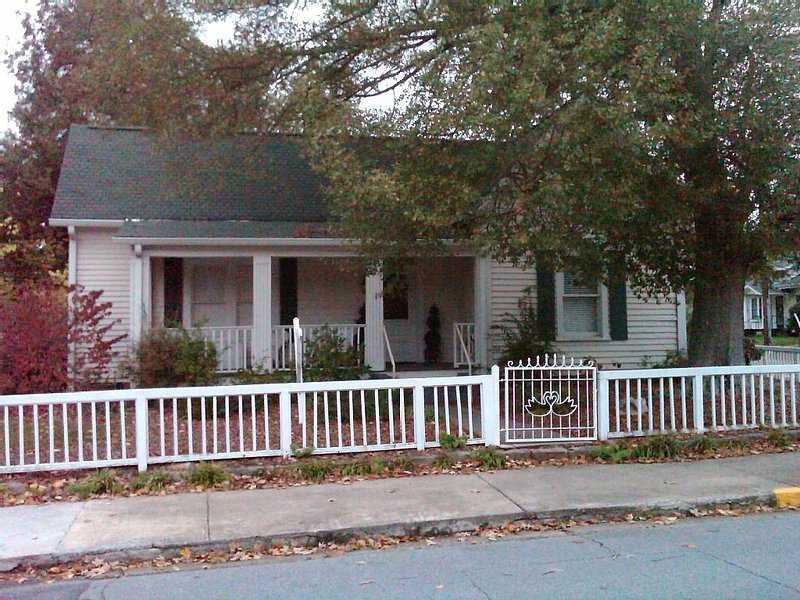 Downtown Gainesville, Georgia Cottage, holiday rental in Murrayville