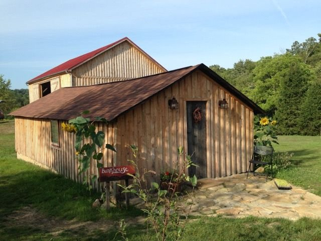 Stay In The Beautifully Restored Cabin On This Historic 52 Acre Organic Farm, vacation rental in Mount Pleasant