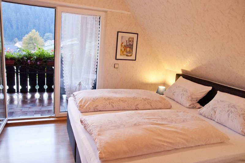 Ferienwohnung Kerstin mit 60qm, 1 separates Schlafzimmer für maximal 4 Personen, aluguéis de temporada em Kniebis