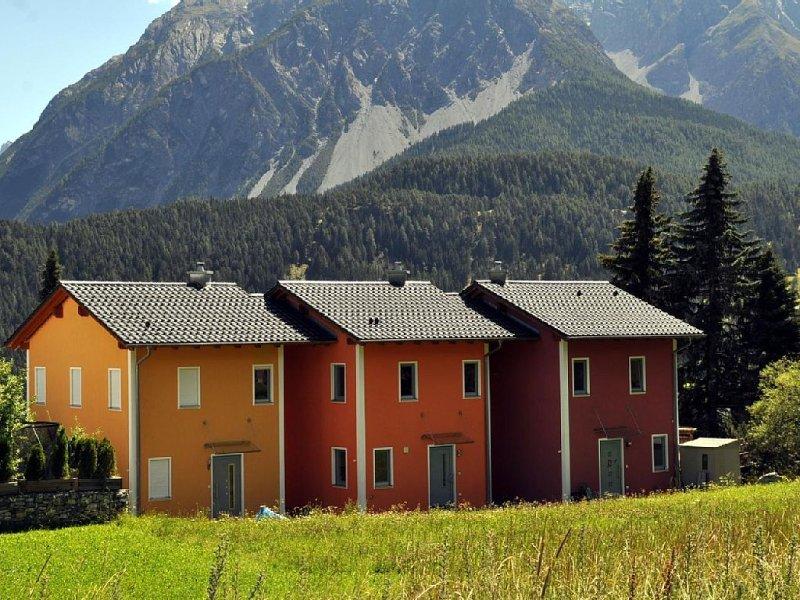 Sehr schönes, kleineres Reiheneinfamilienhaus an oberster Berglage mit herrliche, casa vacanza a Guarda
