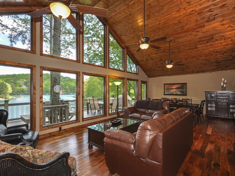 Lake Front Home, Theater Room, Dock, Mountain View, Hot Tub, Swim-Boat-Fish!, aluguéis de temporada em Cartersville