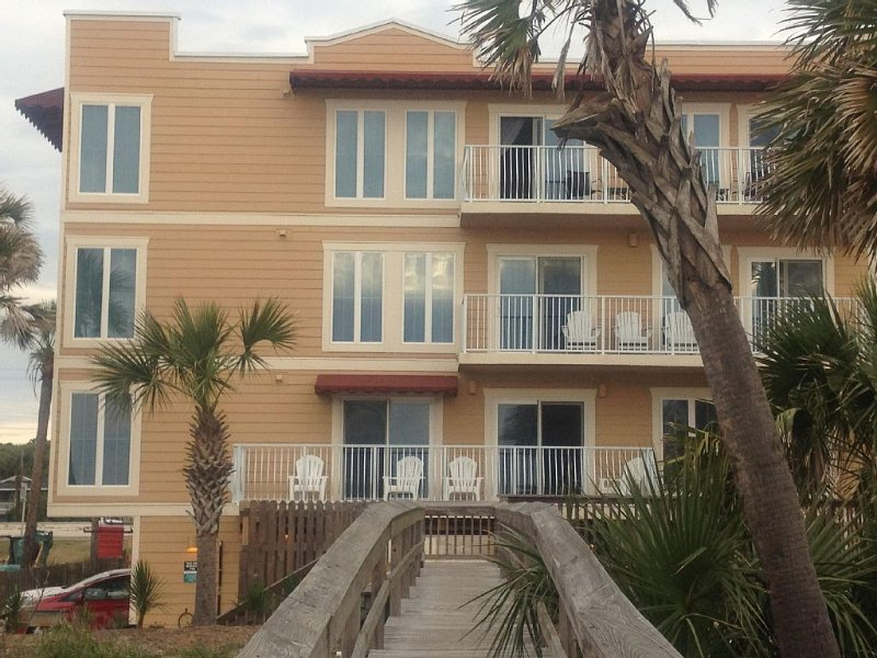 Located Right on Main Beach - Ocean Sounds...Family Friendly, aluguéis de temporada em Fernandina Beach