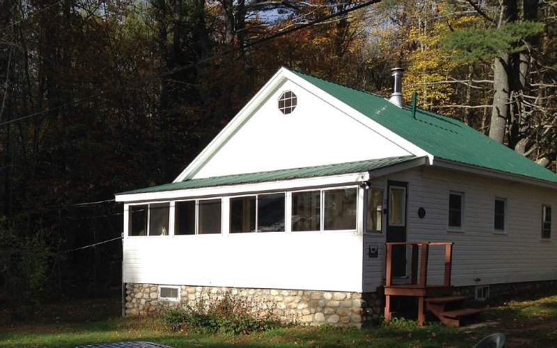Classic Maine Lakefront Cabin, Porch and Canoe, vacation rental in Harrison