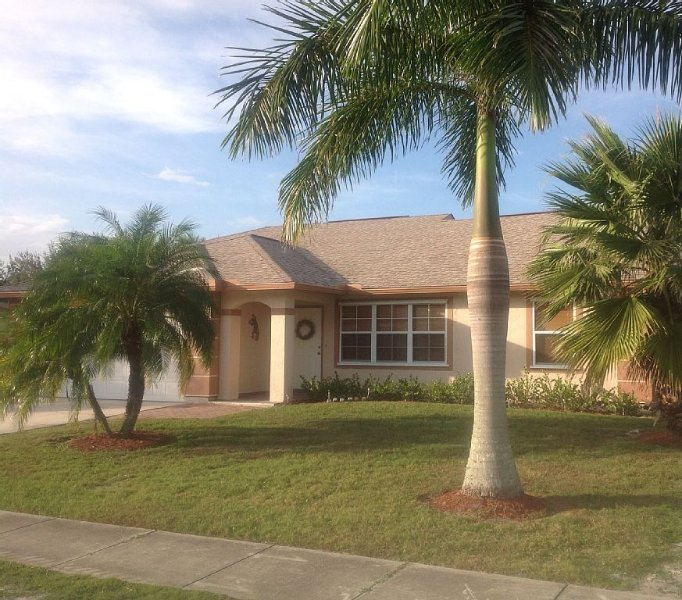 Awesome Waterfront Family Reunion / Vacation Home 2... Plenty of Fun Amenities, casa vacanza a Port Saint Lucie