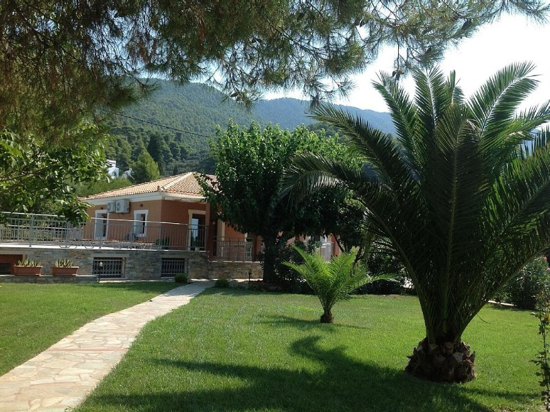 Spectacular beachfront villa with private pool and orchards, casa vacanza a Loutraki