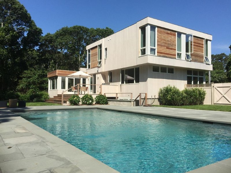 BEHIND SERENE GREEN FARM &  TWO MINUTE DRIVE TO GORGEOUS LONG BEACH, vacation rental in Sag Harbor