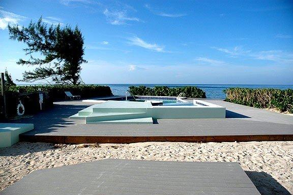 The Harvey Nicole: Beautiful Ocean Front Condo Grand Cayman – semesterbostad i Grand Cayman