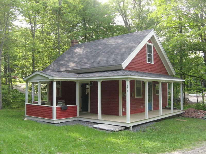Charming Fully Renovated One-Room Schoolhouse on 22+ acres, casa vacanza a Grafton