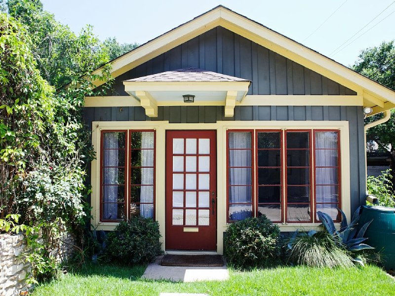 South By special! Great location, great accommodations await..., vacation rental in Austin