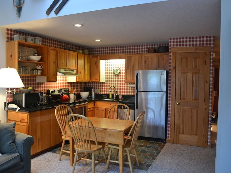 Ski or Bike In/Out, 2 bed, 2 bath (sleeps 7-8) in Snowbrook Village, holiday rental in Kingfield
