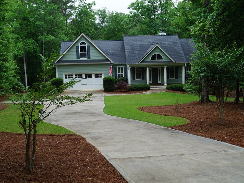 5 BDRM Beautiful Peaceful Lake Front Home with 3 Kings, 1 Queen, and 4 Twins, location de vacances à Greensboro