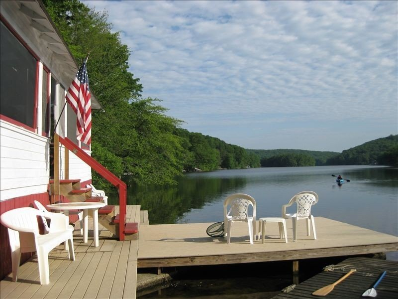 Waterfront cottage at the edge of a lake.  Near Mystic & Foxwoods. With hot tub., aluguéis de temporada em Connecticut