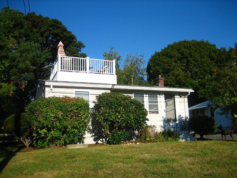 The C Shack: Pet-Friendly Cottage w Roof Deck!, casa vacanza a Charlestown