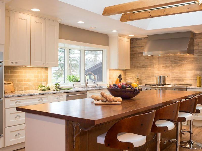 Chef's kitchen with 48' rangetop, double ovens, huge fridge and separate freezer