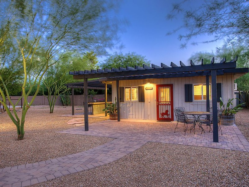 Fully Renovated 2Bd/1+ Ba Home (Not a Condo!) on Acre, Charm & Room To Breathe, holiday rental in Scottsdale