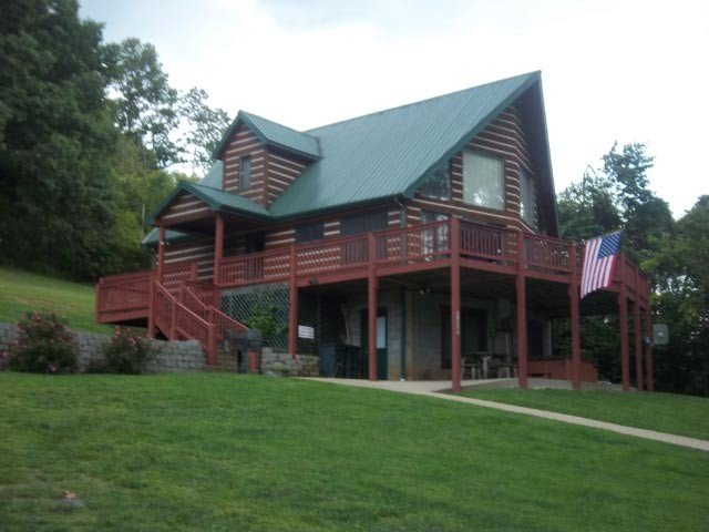 Papa Bear's River Cabin- 3 bedroom, 2 full bath, Riverfront, aluguéis de temporada em Shenandoah