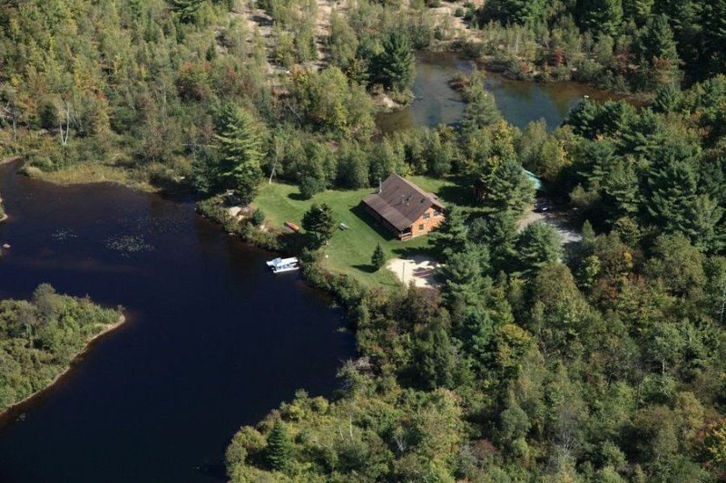 16 acres, very private, hot tub, 5 boats, 2 paddle boards, 5 BR w/AC, sleeps 20, holiday rental in Saint Regis Falls