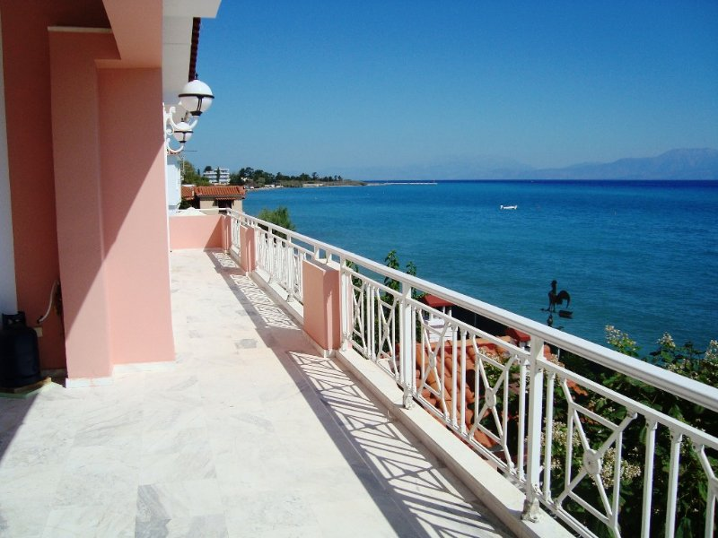 Stunning Beachfront Villa on the Gulf of Corinth, vacation rental in Kato Diminio