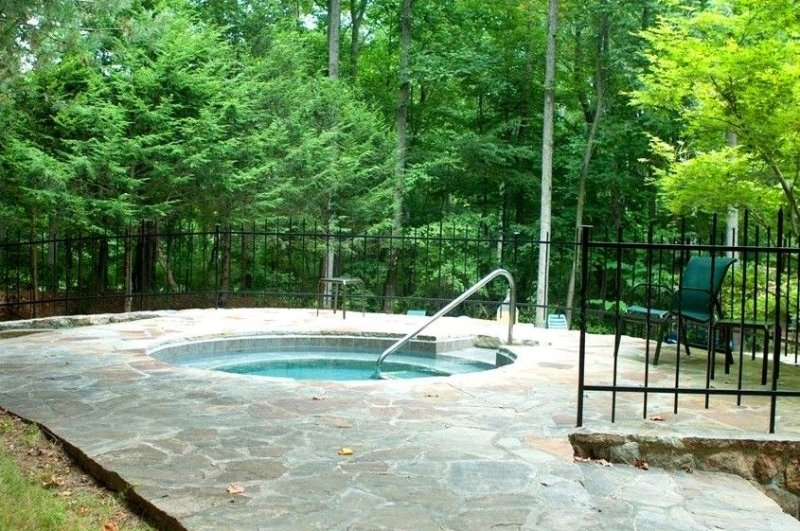 Community hot tub, open seasonally