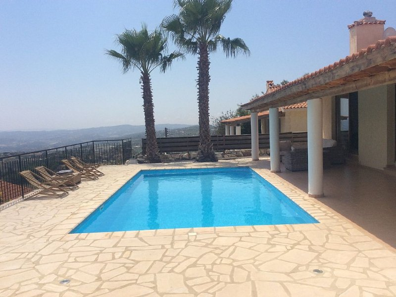 3 Bed Detached Villa in Polemi, Paphos. Private Heated Pool & Mountain Views, vacation rental in Stroumbi