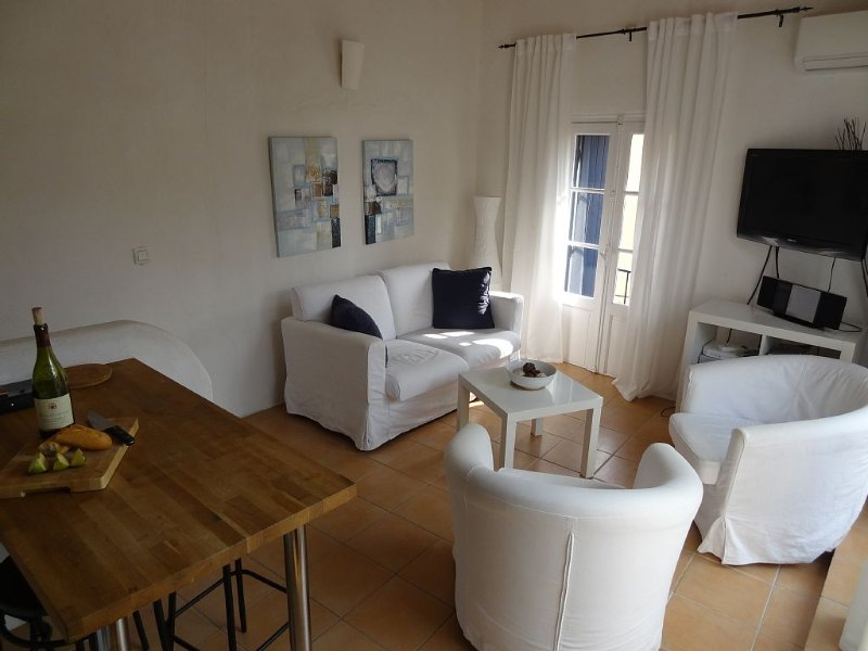 Stylish maison de village with rooftop terrace, location de vacances à Marseillan
