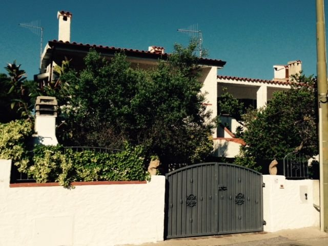 300 metres from beach spacious apartment big outdoor space, holiday rental in Posada