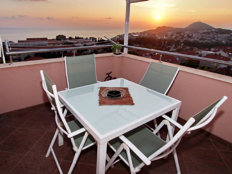 Amazing view, safe and quiet location. Modern, suitable for any traveller, vacation rental in Dubrovnik