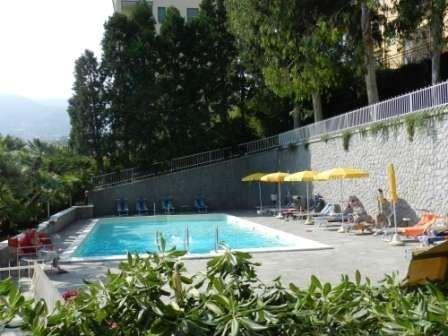 piscina condominiale conlettini e ombrelloni aperta dal 15/06 al 15/09