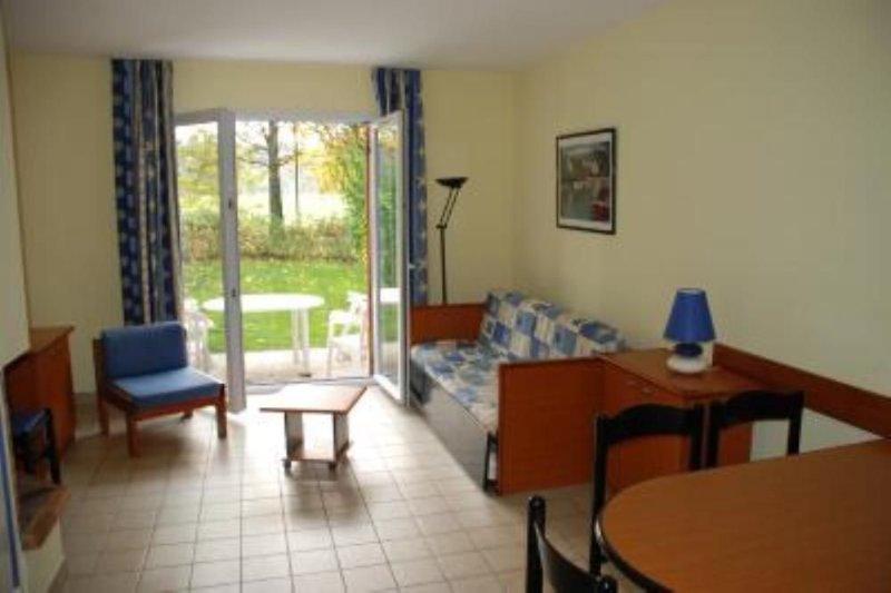 Maison avec piscine chauffée, sur le golf de Saint Laurent, plages à 7 kms, vacation rental in Ploemel