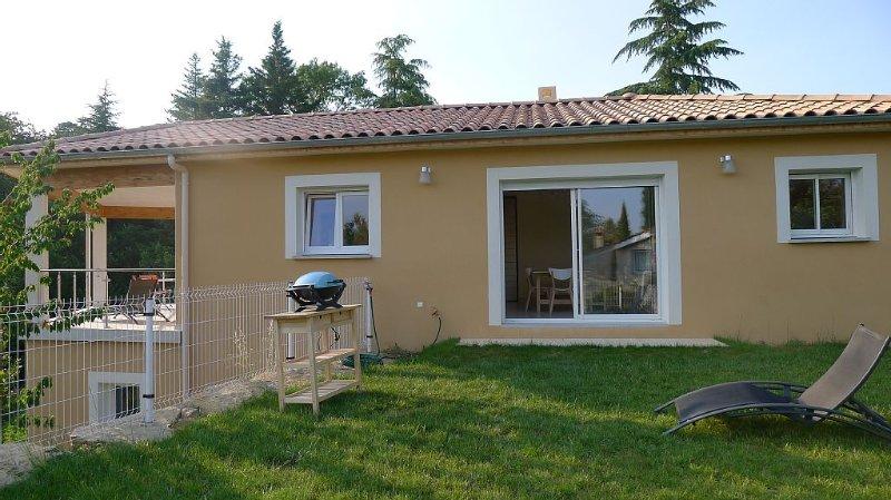Belle villa récente bien équipée dans la verdure, Sud Ardèche à 3km d'Aubenas, holiday rental in Saint-Sernin