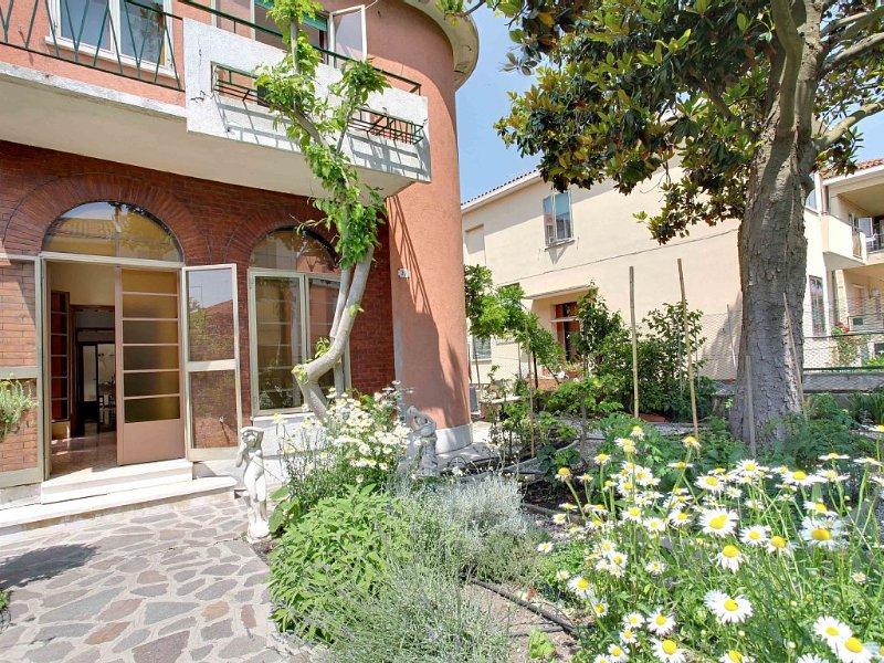 Splendide maison vaste et lumineuse avec jardin privé, holiday rental in Tessera
