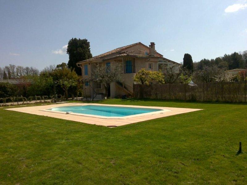 Maison provencale de caractère au calme avec piscine et climatisation, location de vacances à Valbonne
