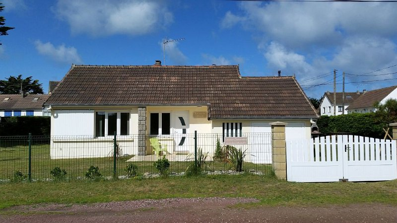 Maison de bord de mer avec jardin clos de 600 m2, holiday rental in Bolleville