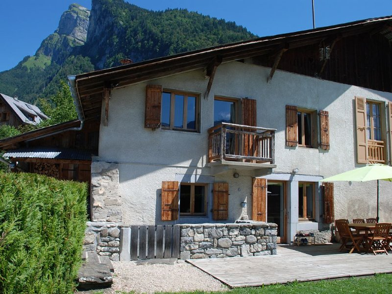 Charming renovated chalet, Samoëns village centre , sleeps up to 9 (GrandMassif), holiday rental in Grand Massif