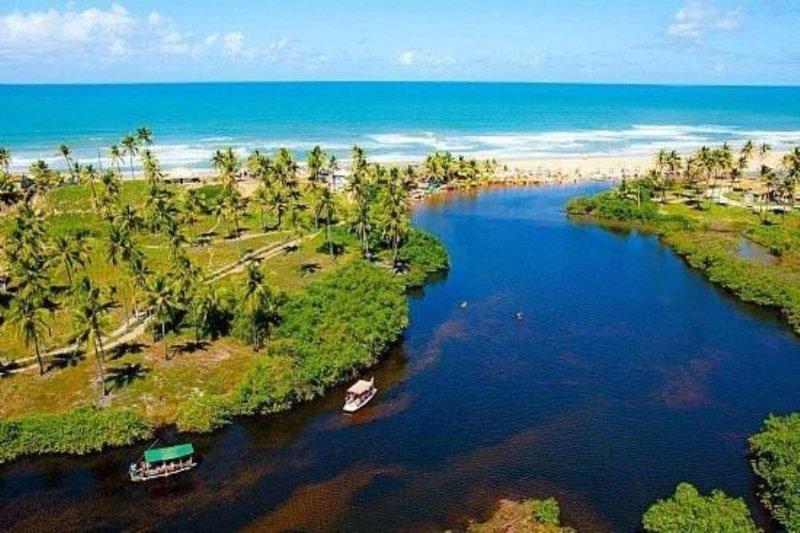 Great beach house between ocean and river, aluguéis de temporada em Mata de São João