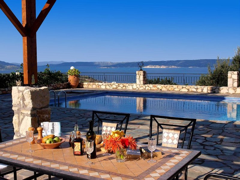 Family Holiday home with private pool and fantastic seaviews over Souda Bay, casa vacanza a Drapanos