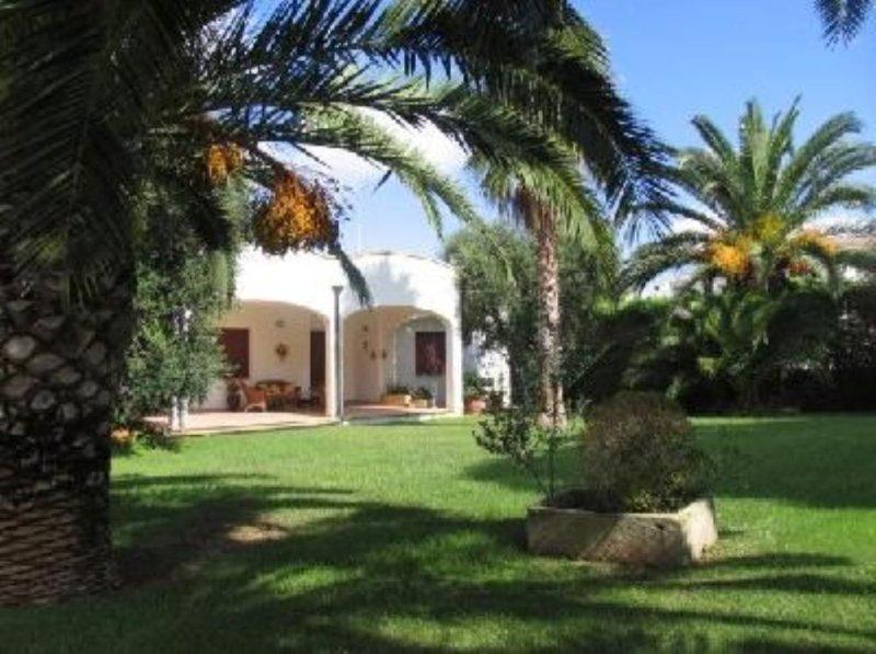 Splendida villa vista mare con grande giardino, a pochi passi dal mare, casa vacanza a Nardo