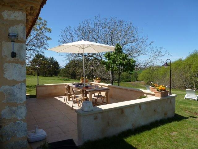 Gîte de charme au calme avec belle vue dans le Périgord pourpre, holiday rental in Clermont de Beauregard