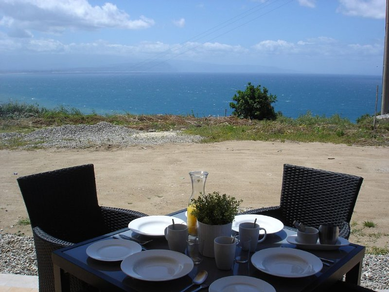 Lovely hillside apartment with magnificent sea views and excellent facilities., alquiler vacacional en Rizziconi