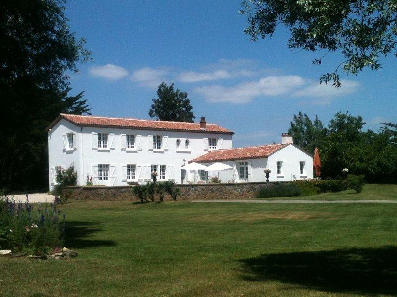Maison de caractère dans parc privé 5 Ha, 400 m plage, 10 km d'un golf 18 trous, location de vacances à Saint-Gilles-Croix-de-Vie