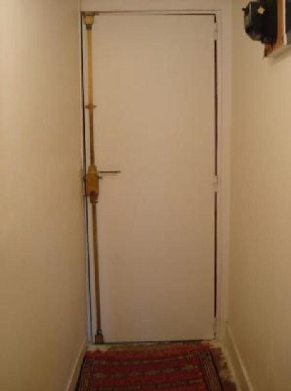 Intérieur la porte d'entrée blindée du studio avec serrure 3 points